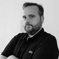 Luca Martinelli ha conseguito laurea triennale in Ingegneria Elettronica, la laurea specialistica in Ingegnerie Informatica e dottorato di ricerca in ICT, presso l'Università di Modena e Reggio Emilia. Attualmente si occupa di consulenza su progettazione e realizzazione di infrastrutture di comunicazione e piattaforme di cloud computing con preciso riferimento all'ambito industriale.