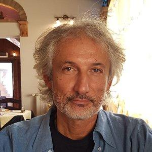 Loris Lipparini è nato a Bologna nel 1965.Ha frequentato l'Istituto Tecnico Aldini Valeriani, conseguendo il diploma di Perito Elettronico Industriale. Ha lavorato presso aziende metalmeccaniche, prima come addetto alla manutenzione e poi come progettista di schede elettroniche a componenti discreti. Si è poi specializzato come progettista software presso studi informatici operanti nel settore industriale e […]