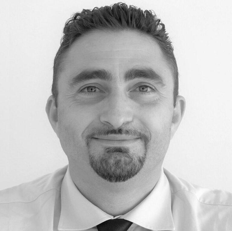 Saulle Mattei è Ingegnere delle Telecomunicazioni, con comprovata esperienza manageriale e di direzione d'azienda, sia in ambito nazionale che internazionale, su singoli progetti (miglioramento performances aziendali, lancio di prodotti, risoluzioni di situazioni critiche e dannose per l'azienda) o come Temporary/Change Manager. Ha conoscenza approfondita e diffusa della gestione d'impresa nelle aree funzionali: Produzione, R&D e […]